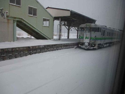 新幹線から函館本線の特急「スーパー北斗」に乗り換えます 途中の森駅では前回、駒ケ岳をホームから描いたのですが今回は真っ白な世界です