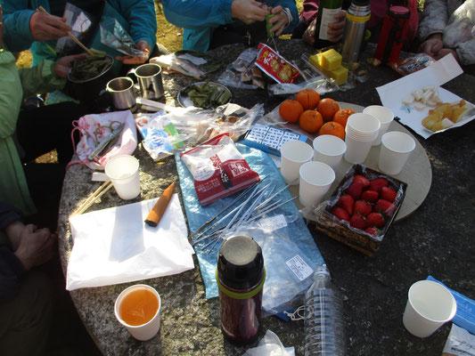 当日は下山後の「アフター登山」のお楽しみもありました いつも会での遊び場である沓掛館山をお借りして、さっそく宴会炸裂!