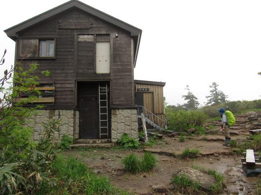 山頂手前にある阿仁避難小屋 こちらも立派 別棟には新しいバイオトイレが設置されている