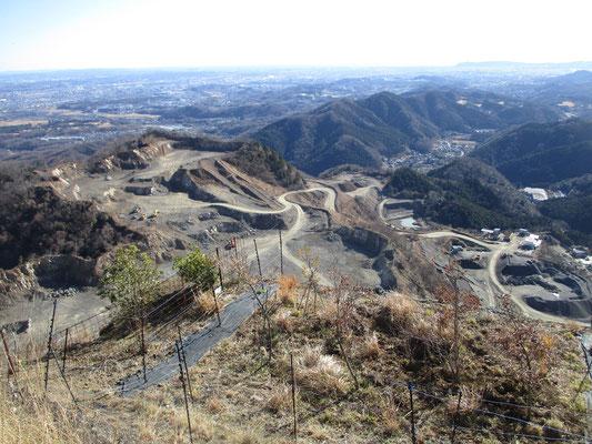 採石場全景を見下ろす