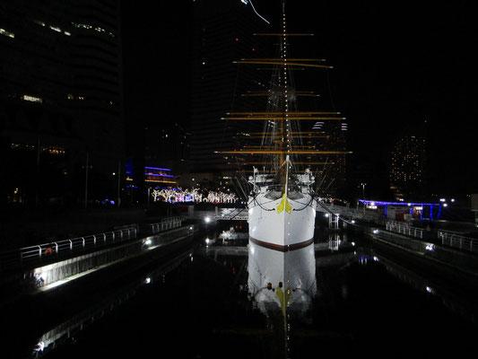 横浜は港そのものが観光資源であり、労働の場です 写真はシンメトリーに映る帆船「日本丸」