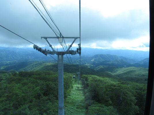 下山のゴンドラでは下界が見える 水平移動距離の長いゴンドラだった