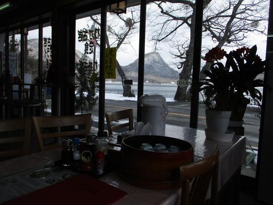 下山後に入った榛名湖畔の食堂「つるや」 店の窓からは烏帽子の形に見える烏帽子岳