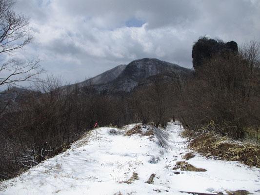 スルス峠からスルス岩(右)を見る