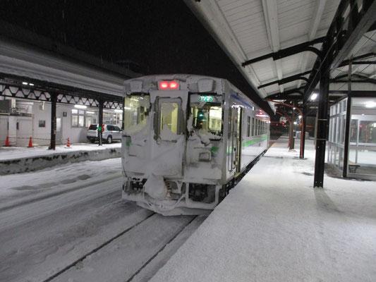 雪の中の厳しい運行「頑張って!」と言いたくなる姿の車両 倶知安駅にて