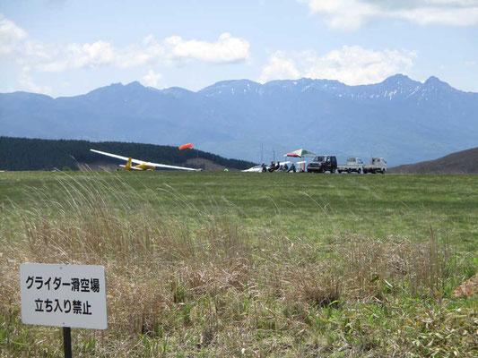 八ヶ岳をバックに飛び立つ前のグライダーのメンバーの人達