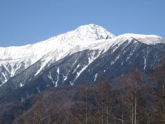 一番右に日本第二の高峰・北岳3193m ここからの北岳は八本歯の頭を巻くように稜線がカーブし、バットレス(岩壁)だけがさらされている景観です 描くにはちょっと難しい形です