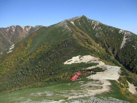 一時間以上楽しんだ山頂での時間を名残惜しみながら下り始める 正面の山は横通山