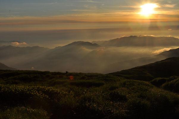 雲海の向こうに昇る太陽