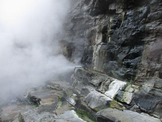 吹き出している温泉 すごく熱い、熱湯!
