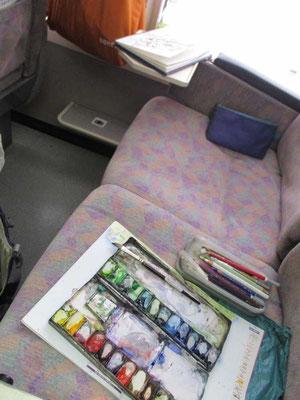 まだ空いていた時には絵の具をひろげて車中でもスケッチ!