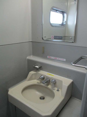 懐かしの洗面所! ちゃんと固形石鹸が設置されているのが、またいい!