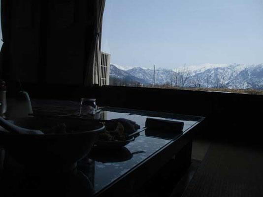 下山後にたまたま通りがかりで入ったラーメン屋さん 居ながらにして大きな窓から巻機山が見えるのでした なんと贅沢な・・・