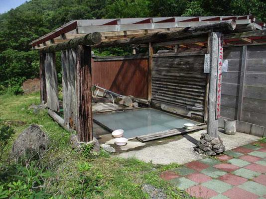 同じ赤湯温泉の露天 こちらは白湯です まったく異なる泉質が楽しめます