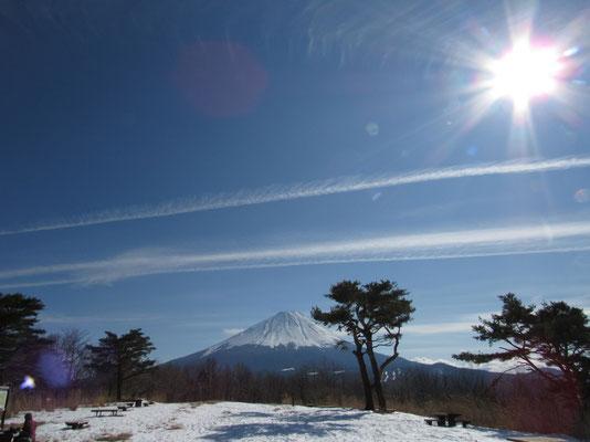 飛行機雲と太陽の共演