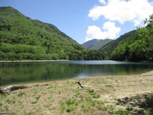 湖の奥には日光の太郎山が見えます
