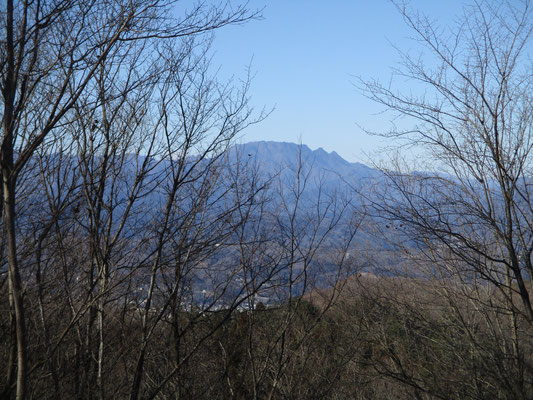 山頂付近に行くと切り開きがあり、見てみると意外な近さで両神山がきれいに見えました