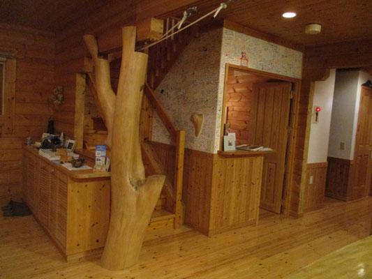 柱として?モニュメントとして?イタヤカエデの木がそのまま使われています 木にこだわりのある造りというのが各所に感じられます