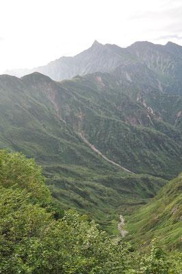 深い谷を抱く槍ヶ岳につづく西鎌尾根