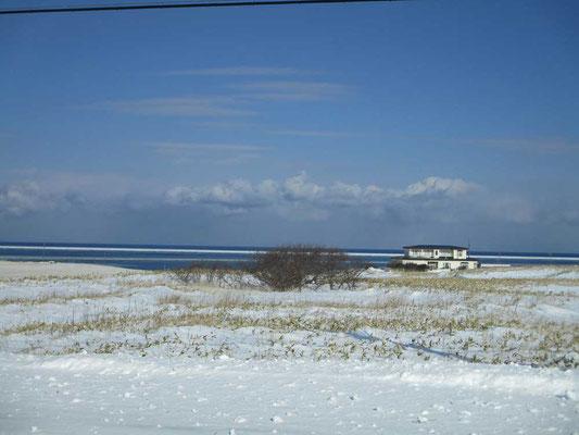 オホーツクの風をまもとに受ける海際の一軒家 どういう暮らしなのか・・・