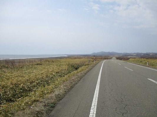 遠くに見える襟裳岬の尖端 日本離れした広がりのなか進んでいきます