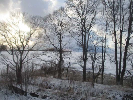 春の雪にみまわれた車窓からの景色 だんだんと明るくなってきて明日からの好天が期待できます