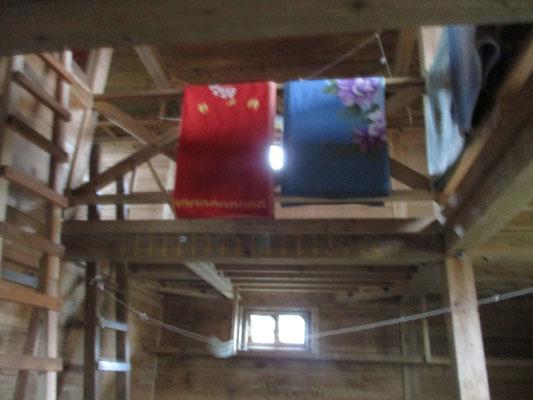 小屋は堅牢な二階建てで冬期用にハシゴが外中に幾つか架けられています 手摺には何枚も毛布がありました