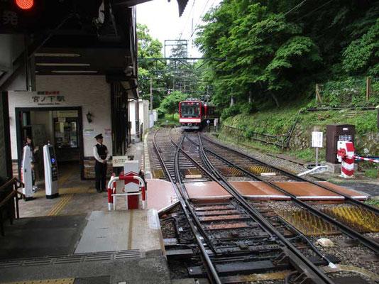 ぐんぐん急勾配を下ってきて「宮ノ下駅」上りと下りの交換 これからも箱根湯本を目指しまだまだ下ります