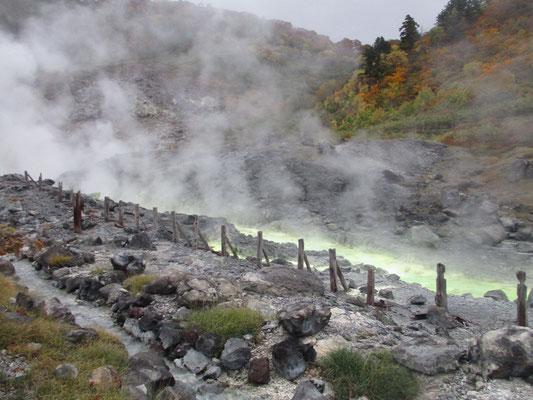三途の川ではないけれど、一種異様な色合いの湯の川が流れている玉川温泉