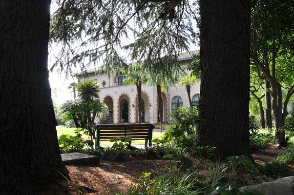 木立の向こうの「ベーリック・ホール」