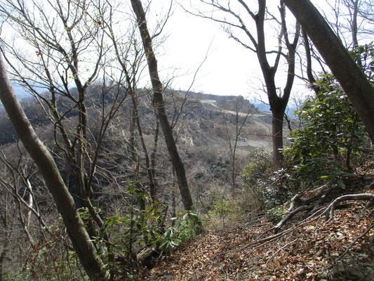 松石寺尾根の急登を頑張って行くとまもなく左手側に採石中の現場が見えてくる 以前より見えるのが早くなっているのは、それだけ削られて低くなっているから