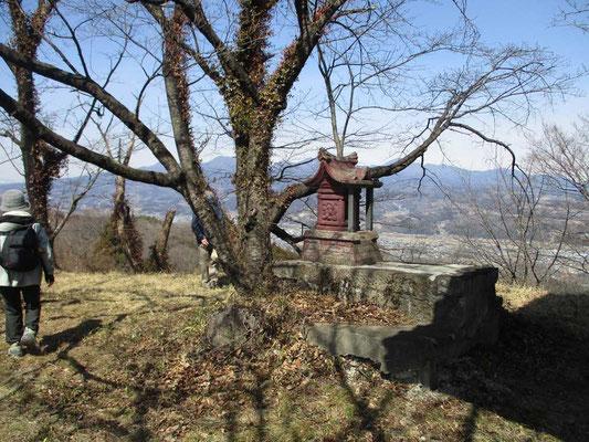 山頂には祠があり、その裏手には小さな石祠 この草地の展望が最高でお弁当となりました