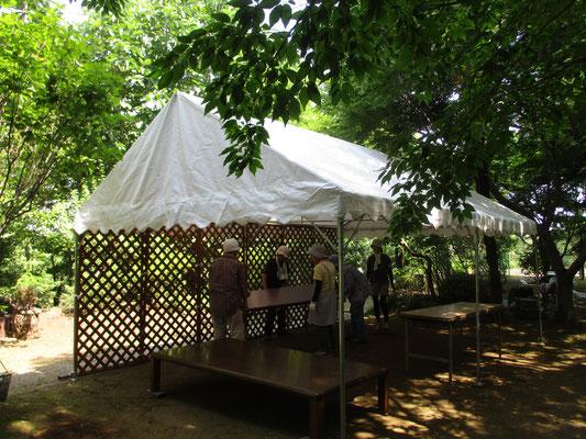 大型テントを設営し、展示物や販売品を並べます