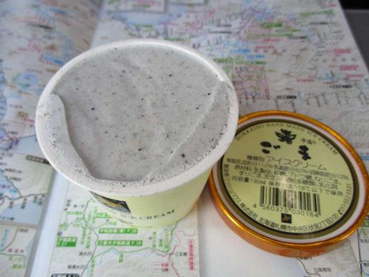 毎回恒例の特急車中でのデザート 北海道内に入ってからは、すべて北海道産の原料を使ったものが食せ、もちろんこのアイスクリームも北海道産の牛乳が原材料でとてもおいしいです 今回はゴマ味でした