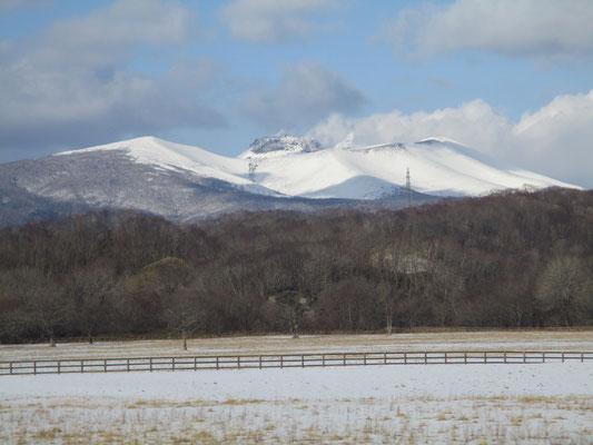 「スーパー北斗」が室蘭本線 苫小牧近くに入ると北側に樽前山がくっきりと見えてくる