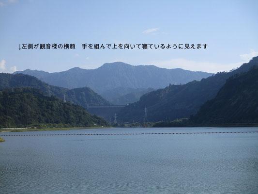 田子倉湖越しに見える横山 ちょうど観音様が上を向いて寝ているように見える=寝観音