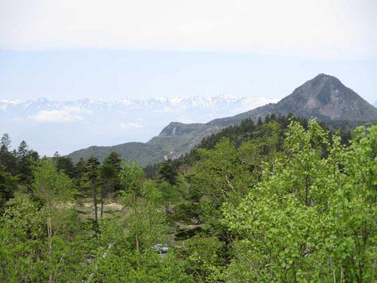 笠ヶ岳の向こうに青く連なる残雪の後立山連峰の峰々