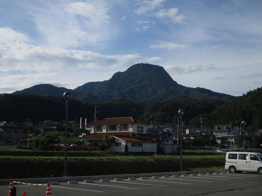 逆光ですが「道の駅あおき」の駐車場から見えた子檀嶺岳