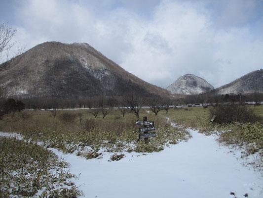 沼の原から左・榛名富士 右のコブのように見えるのが烏帽子岳の頭の方