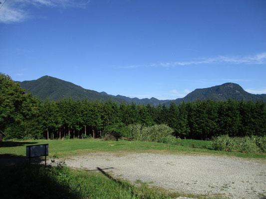 駐車場から見える青木三山の二つ 左が十観山 右が子檀嶺岳