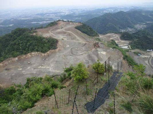 荻野高取山の先、発句石からの採石場の眺めです 久し振りに参加した友人は採石場の山の削られ方の広範囲になっている事に驚いていました