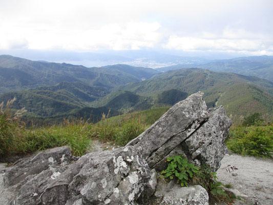 山頂から 諏訪湖も見えます