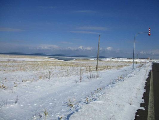地図で見るよりずっと海の際を走り続けます 吹雪いたり積雪が多いと、矢印マークでの路肩表示がなければ全く道と雪原の境など分からないでしょう
