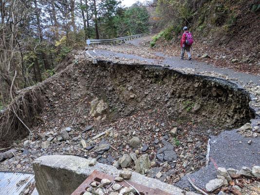林道終点付近 昨年の台風大雨の影響か、大崩落している