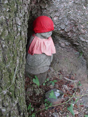 その途中におわします「モミの木地蔵」 会員の一人Sさんの作 手作りのお地蔵さまです
