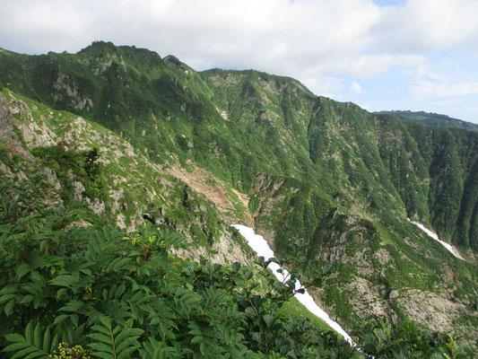 岩山が卓越している福島県側の地形