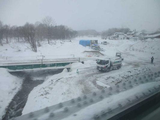 雪の中の工事作業 車窓から