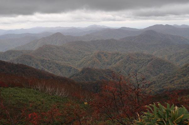 秋田と青森県境にうねうねと大きく連なる白神山地
