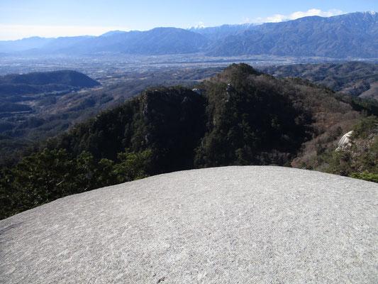 弥三郎山山頂のまん丸岩からの展望