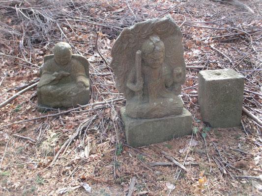 """しばらく急登を行くと松石寺の上に出る ここには「新四国八十八ヶ所」と銘打ってお遍路できる""""石仏セット""""が点在している 今ではこうして顕著に残っているものは数えられるほどだが、松石寺裏手のこの山域にはお遍路が一緒に歩く「弘法大師」の石像、また「お不動様」などの石仏、そして四国霊場の刻印のある石柱がセットで点在し回れるようになっていた"""